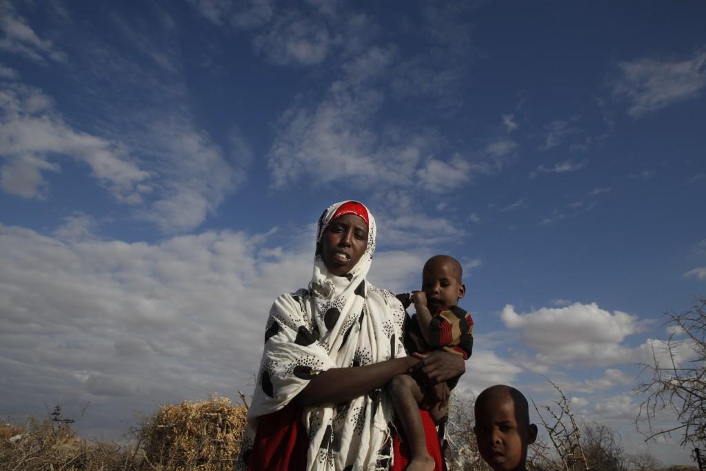 Le plus grand camp de réfugiés du monde (Dadaab) a une population de 400 000 personnes. ACF se mobilise face à la sécheresse et au risque de famine. Au Kenya, village Meri, Nado 24 ans, 3 enfants, tout son troupeau est mort à cause de la sécheresse. Il lui reste une bête. © Eric Dessons - Kenya