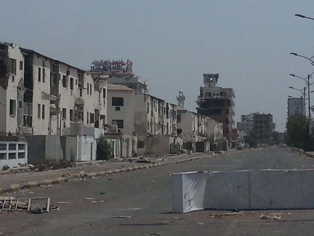 Abbyan Cost Boulevard, Aden. Grand boulevard du quartier Al Maksar, photo prise a moins de 200m de l'Université d'Aden. Autrefois quartier très anime et fréquenté, le boulevard a été le théâtre d'affrontements acharnés. Il est resté une ligne de front pendant plusieurs mois. Ces immeubles ont été principalement occupes par des snipers durant les dernières semaines rendant impossible l'accès au bureau ACF situe a moins de 150m.