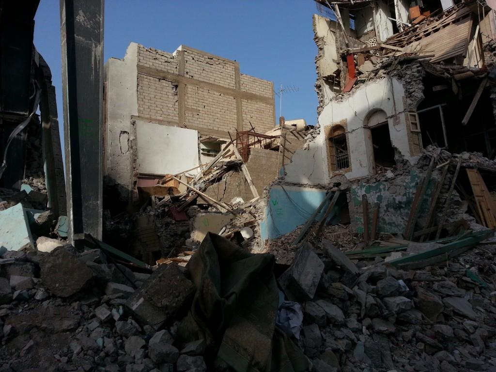 Crater District, Aden. Centre historique de la ville, colonie anglaise jusqu'au début des années 1960. Les Houthis en avaient pris le contrôle et c'est là que les bombardements de la coalition ont été les plus intenses. C'est aujourd'hui une quartier quasiment désert. Seuls quelques habitants ont eu le courage de rester sans eau, sans électricité, sans aucun magasin ouvert. Personne ne reviendra avant que les services de base ne soient rétablis.