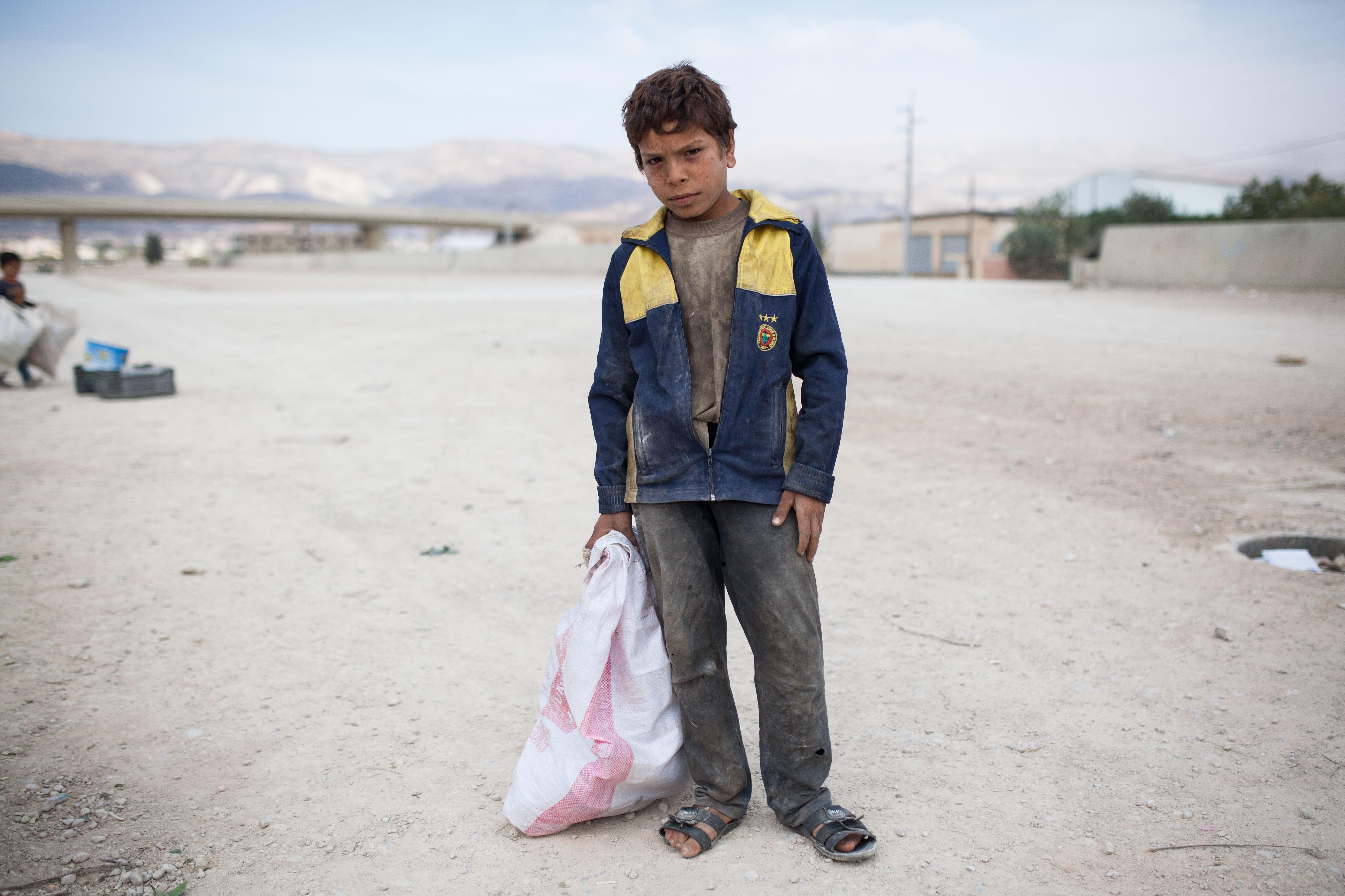 Sabeh a 12 ans mais son regard n'en laisse rien transparaître. Dans son sac, un peu de ferraille, guère plus de quelques centimes