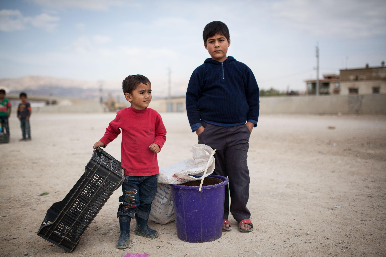 Ziad à 3 ans et demi et Mohanad à peine 8. Ils ont passé les premières heures du jour dans une décharge à récolter plastique et métal pour gagner un peu d'argent