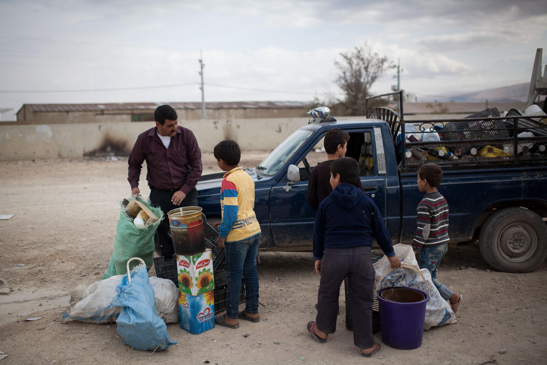 L'acheteur observe la marchandise que lui présentent les enfants et fait son choix
