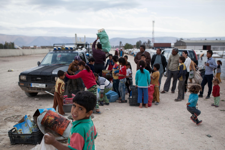 Les enfants se mettent en file indienne pour essayer de vendre leur collecte de la matinée